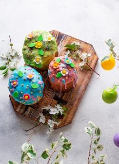 トッピングの伝統的なイースターケーキ