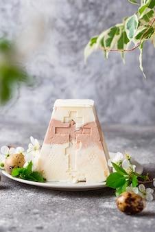 伝統的なイースターカッテージチーズデザート