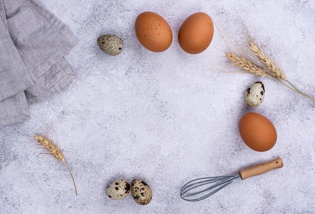 Концепция выпечки с яйцами и венчиком