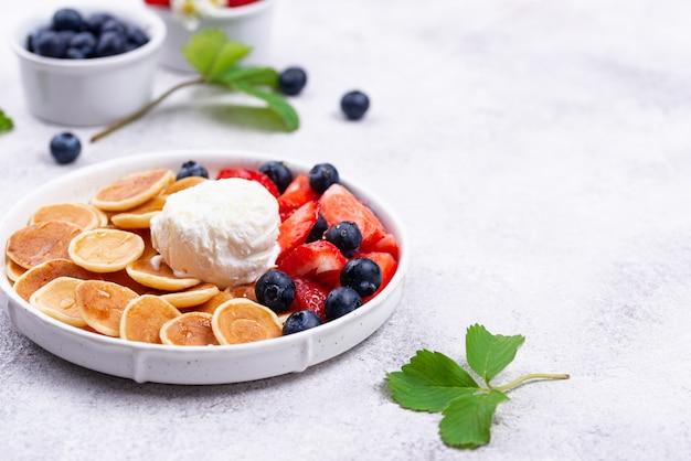 Сладкие блины с ягодами