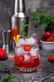 Освежающий холодный летний клубничный коктейль