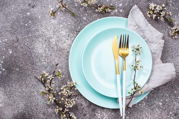 開花枝のある春のテーブルセッティング