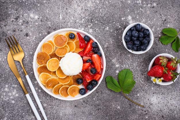 Сладкие крошечные блины с ягодами