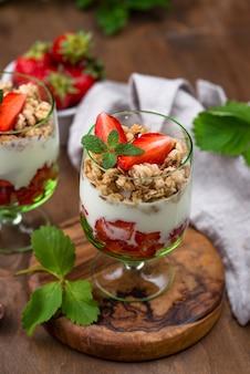 Десерт с клубникой, йогуртом и мюсли