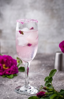シャンパンとローズシロップのピンクのカクテル