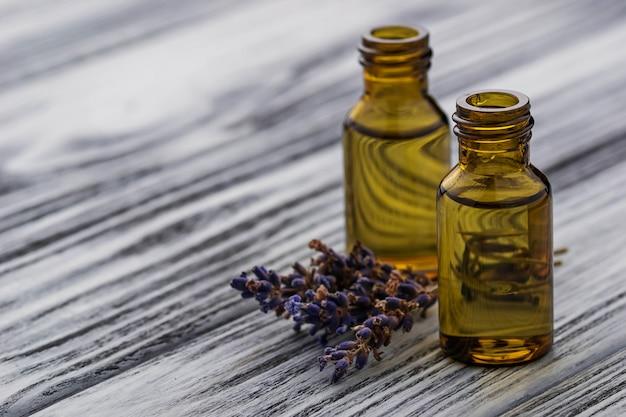 Лавандовое масло в стеклянной бутылке