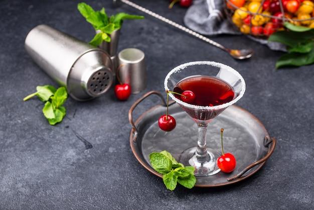 Летний коктейль из красной вишни мартини
