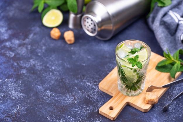 Летний коктейль с лаймом и мятой
