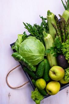 Различные зеленые овощи и фрукты