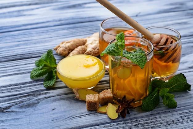 ミント、レモン、蜂蜜、生姜を飲みながら飲む