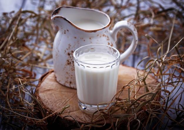 牛乳と水差しのガラス。