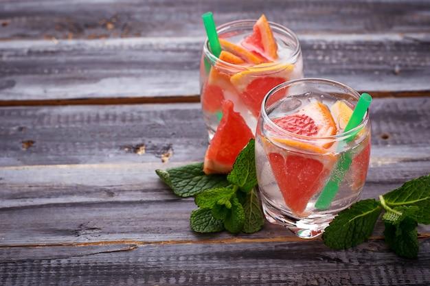 グレープフルーツと氷の夏の飲み物