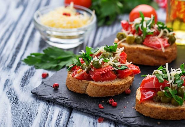 野菜と伝統的なイタリアの前菜のブルスケッタ