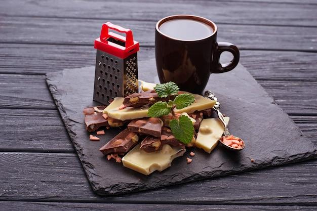 ダークチョコレートとホワイトチョコレートのかけら