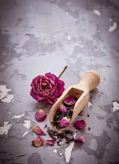 バラの花びらとドライティー