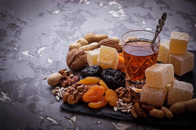 伝統的なアラビアティーとドライフルーツとナッツ