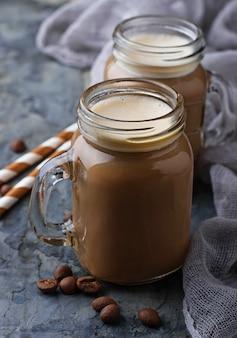 瓶の中のミルクとコーヒー。セレクティブフォーカス