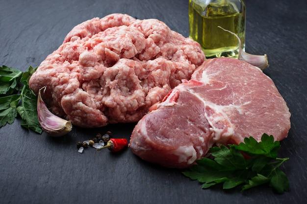 生の新鮮なステーキとひき肉