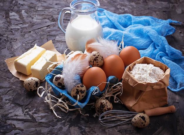 Ингредиенты для выпечки. молоко, сливочное масло, яйца, мука. выборочный фокус