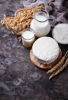 Молочные продукты молоко, творог, сметана и пшеница. выборочный фокус