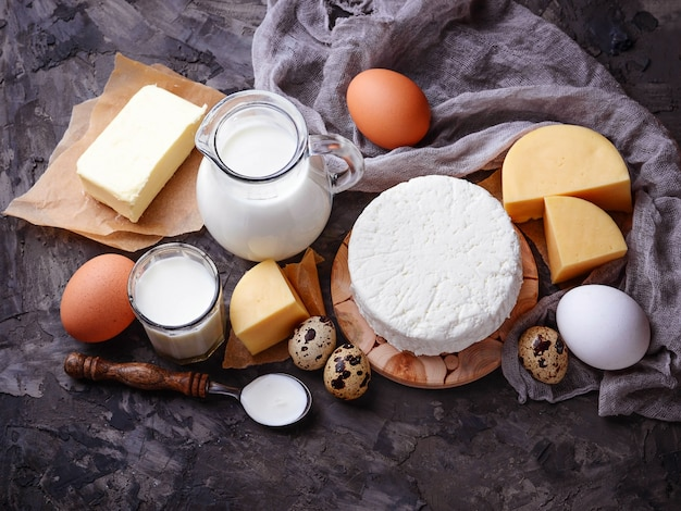 乳製品。牛乳、カッテージチーズ、サワークリーム、バター、卵。セレクティブフォーカス
