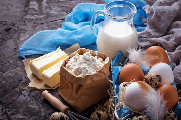 Ингредиенты для выпечки кулич. молоко, сливочное масло, яйца, мука. выборочный фокус