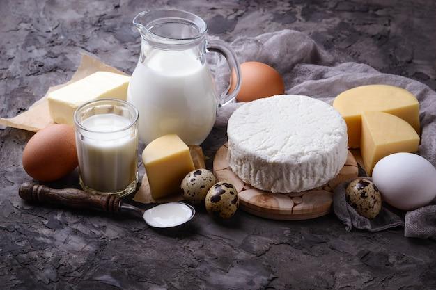 Молочные продукты. молоко, творог, сметана, масло сливочное, яйца. выборочный фокус