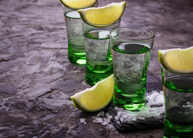 ライムと塩でメキシコの銀のテキーラのショット。セレクティブフォーカス