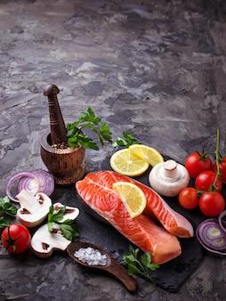 Лосось, грибы, помидоры и петрушка