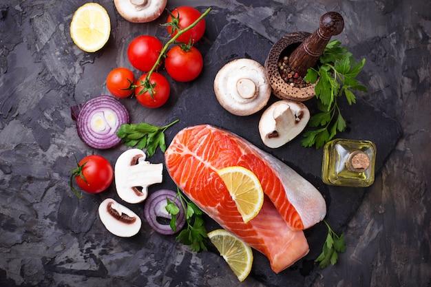 Лосось, грибы, помидоры и петрушка. сбалансированное питание, здоровое питание. выборочный фокус