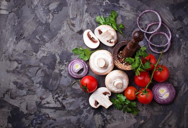 シャンピニオンキノコ、チェリートマト、赤玉ねぎ。セレクティブフォーカス