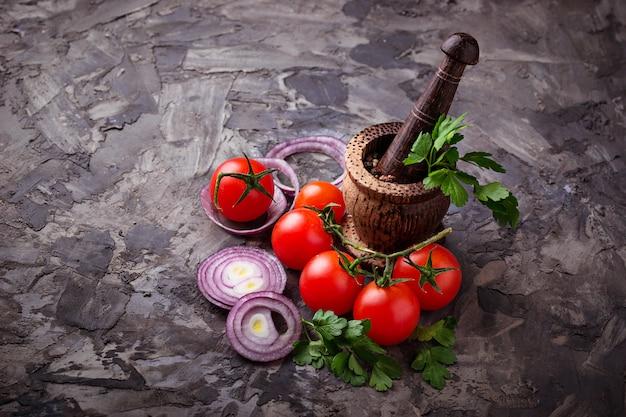 チェリートマト、赤玉ねぎ、スパイス用モルタル