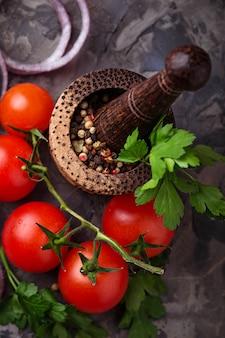チェリートマトと胡椒入れ。セレクティブフォーカス