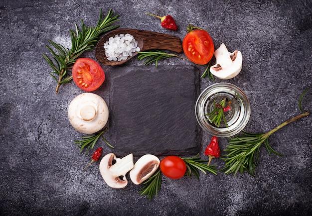 きのこ、トマト、ローズマリー、塩、油。食品の背景上面図