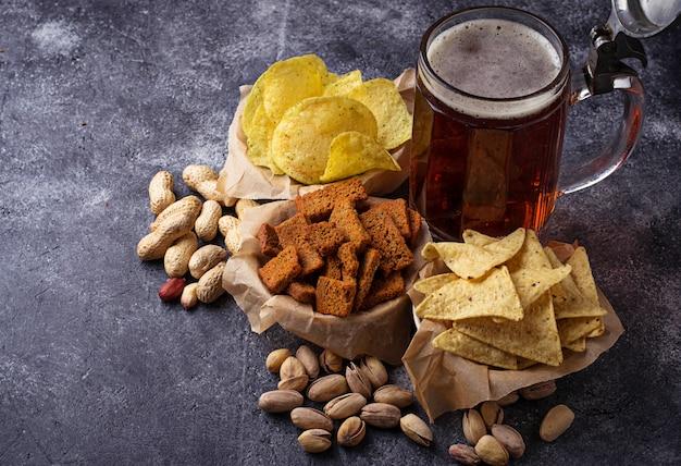 ビールと様々な軽食