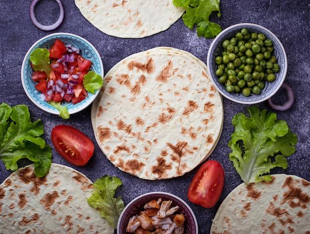 メキシコのタコスを料理するための材料。セレクティブフォーカス