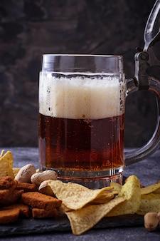 ビールとさまざまな軽食。セレクティブフォーカス