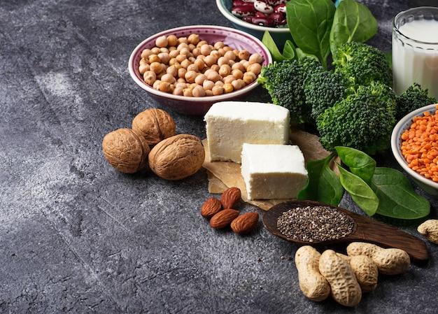 レンズ豆、ひよこ豆、ナッツ、豆、ほうれん草、豆腐、ブロッコリー、チアシード。