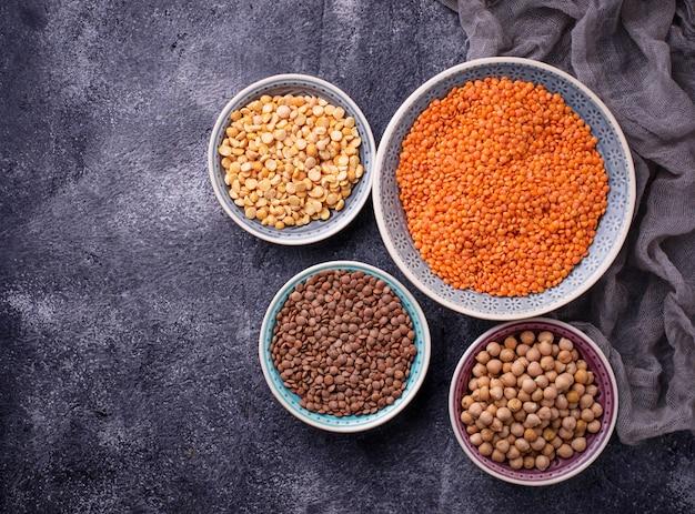 マメ科植物ひよこ豆、赤レンズ豆、黒レンズ豆、黄色エンドウ豆。セレクティブフォーカス