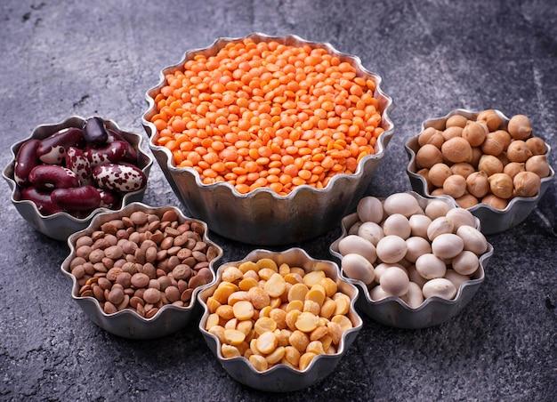 マメ科植物ひよこ豆、赤レンズ豆、黒レンズ豆、黄色エンドウ豆、豆。セレクティブフォーカス