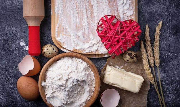 焼くための材料。卵、小麦粉、砂糖、バター。平面図、テキスト用のスペース