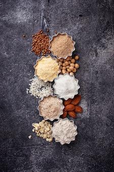 Выбор различных безглютеновой муки (миндаль, гречка, рис, нут и овес)