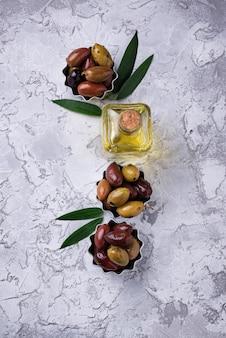 異なる地中海オリーブの鉢