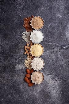 様々なグルテンフリーの小麦粉(アーモンド、そば、米、ひよこ豆、オート麦)