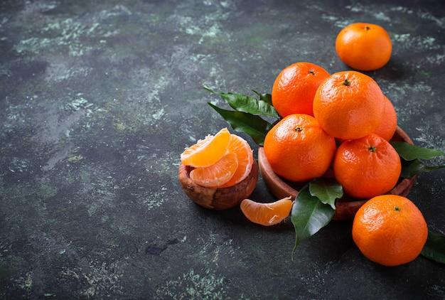 Свежие спелые мандарины с листьями