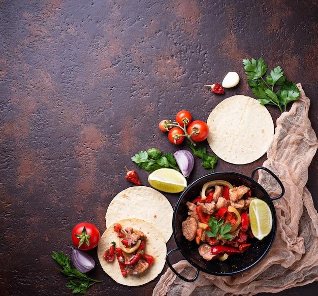 メキシコのタコスを調理するためのピーマンとファヒータ