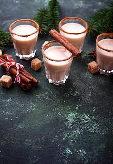 Рождественский коктейль эгног с корицей