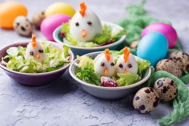 鶏の形の卵のサラダ。お祝い料理