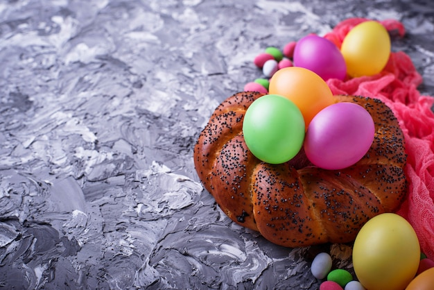 カラフルなイースターエッグと籐のパン