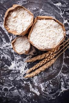 小麦粉と乾燥小麦の穂